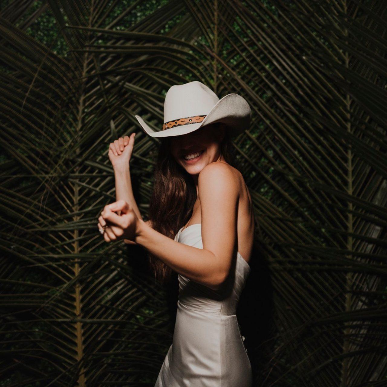 Por qué deberías ir sola a comprar tu vestido de novia