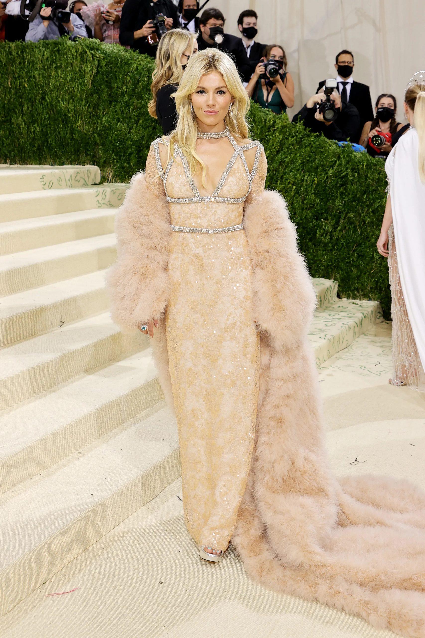 Sienna Miller, MET GALA 2021, Los vestidos más cool y originales de la MET GALA 2021 - Wedding Hub - 01